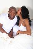 Afrikaans Paar Amrican in Bed stock afbeelding