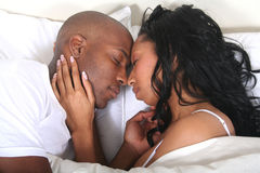 Afrikaans Paar Amrican in Bed stock afbeeldingen