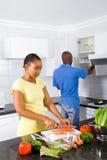 Afrikaans paar dat voedsel voorbereidt Stock Fotografie