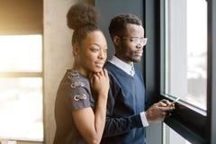 Afrikaans verliefd paar die zelfde richting bekijken stock foto's