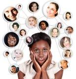 Afrikaanse Amercian bedrijfsvrouw en sociaal netwerk Stock Foto's
