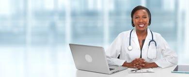 Afrikaanse Amerikaanse Artsenvrouw stock afbeeldingen