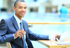 Afrikaanse Amerikaanse beambte met tabletcomputer royalty-vrije stock foto's