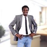 Afrikaanse Amerikaanse bedrijfsmens in bureau Stock Afbeelding