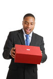 Afrikaanse Amerikaanse bedrijfsmens die doos leegmaakt Stock Foto's