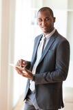 Afrikaanse Amerikaanse bedrijfsmens die een tastbare tablet gebruiken - Zwarte peop Royalty-vrije Stock Afbeeldingen