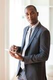 Afrikaanse Amerikaanse bedrijfsmens die een tastbare tablet gebruiken - Zwarte peop Royalty-vrije Stock Fotografie