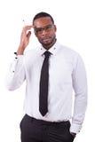 Afrikaanse Amerikaanse bedrijfsmens die iets op glasraad schrijven Stock Foto's