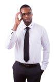 Afrikaanse Amerikaanse bedrijfsmens die iets op glasraad schrijven Royalty-vrije Stock Afbeelding