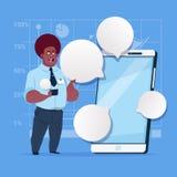 Afrikaanse Amerikaanse Bedrijfsmensentribune met Grote het Netwerk Communicatie van de Cel Slimme Telefoon Sociale Zakenman With  Stock Foto's
