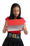 Afrikaanse Amerikaanse bedrijfsvrouw die giftdoos leegmaakt Royalty-vrije Stock Afbeeldingen