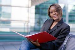 Afrikaanse Amerikaanse bedrijfsvrouw met omslag stock fotografie