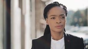 Afrikaanse Amerikaanse bedrijfsvrouw in stad die ernstig droevig gezicht lopen Aantrekkelijke onderneemster in wanhoop Droevig he stock video