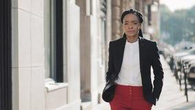 Afrikaanse Amerikaanse bedrijfsvrouw in stad die ernstig droevig gezicht lopen Aantrekkelijke onderneemster in wanhoop Droevig he stock videobeelden