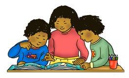 Afrikaanse Amerikaanse/Caraïbische kinderen die atlas lezen stock fotografie