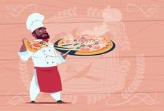 Afrikaanse Amerikaanse Chef-kokcook Holding Pizza Smiling Beeldverhaalleider in Wit Restaurant Eenvormig over Houten Geweven royalty-vrije illustratie