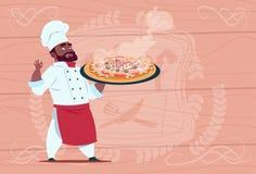 Afrikaanse Amerikaanse Chef-kokcook Holding Pizza Smiling Beeldverhaalleider in Wit Restaurant Eenvormig over Houten Geweven stock illustratie