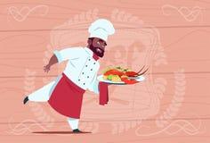 Afrikaanse Amerikaanse Chef-kokcook Holding Tray With Lobster Smiling Cartoon Leider in Wit Restaurant Eenvormig over Houten Stock Foto