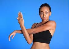 Afrikaanse Amerikaanse de schouderrek van de sportenvrouw Stock Foto's