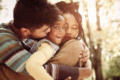 Afrikaanse Amerikaanse familie buiten Meisje dat camera bekijkt royalty-vrije stock foto's