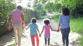 Afrikaanse Amerikaanse Familie die in Platteland lopen stock footage