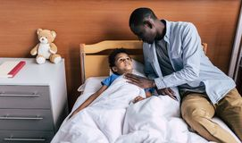 Afrikaanse Amerikaanse familie in het ziekenhuis royalty-vrije stock fotografie