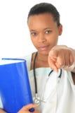 Afrikaanse Amerikaanse het boekstethoscoop van de artsenverpleegster Stock Foto's