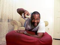 Afrikaanse Amerikaanse het letten op TV 2 Stock Foto