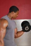 Afrikaanse Amerikaanse het opheffen gewichten Stock Foto's