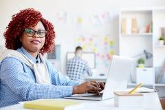 Afrikaanse Amerikaanse manager op het werk royalty-vrije stock afbeeldingen