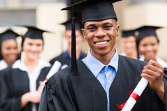 Afrikaanse Amerikaanse mannelijke gediplomeerde royalty-vrije stock fotografie
