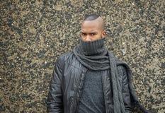Afrikaanse Amerikaanse mannequin met sjaal die gezicht behandelen royalty-vrije stock fotografie