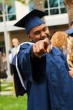 Afrikaanse Amerikaanse mens die op de camera op zijn graduatie richten Stock Foto's