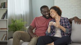 Afrikaanse Amerikaanse mens die tot verrassing maken aan zijn meisje die haar doos met juweel geven stock videobeelden