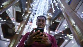 Afrikaanse Amerikaanse Mens die zaken app op slimme telefoon gebruiken stock video