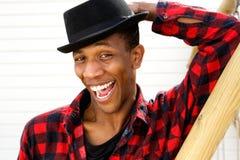 Afrikaanse Amerikaanse mens met grappige uitdrukking Stock Foto