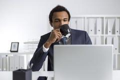 Afrikaanse Amerikaanse mens met het nieuws van de koffielezing Royalty-vrije Stock Afbeeldingen