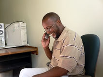 Afrikaanse Amerikaanse mens op cellphone Stock Afbeeldingen