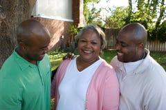 Afrikaanse Amerikaanse moeder en haar volwassen zonen royalty-vrije stock foto