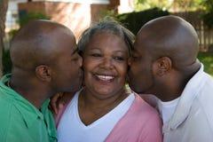 Afrikaanse Amerikaanse moeder en haar volwassen zonen stock afbeelding