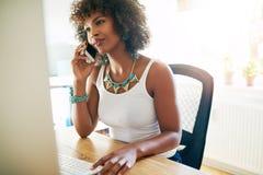 Afrikaanse Amerikaanse ondernemer die op mobiel spreken royalty-vrije stock fotografie