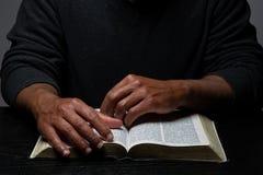 Afrikaanse Amerikaanse Persoon die de Bijbelzitting bestuderen bij Bureau royalty-vrije stock afbeeldingen