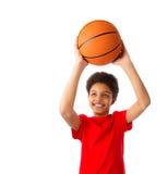 Afrikaanse Amerikaanse schooljongen met basketbal Stock Afbeelding