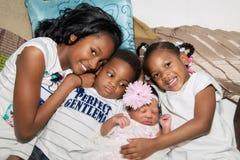 Afrikaanse Amerikaanse Siblings die op Vloer koesteren Stock Foto
