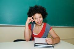 Afrikaanse Amerikaanse Student die in klaslokaal bestudeert Royalty-vrije Stock Afbeeldingen