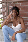 Afrikaanse Amerikaanse Student die op de Telefoon van de Cel Camera bekijkt Royalty-vrije Stock Afbeelding