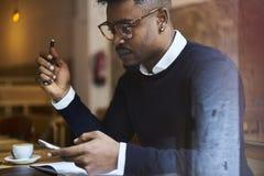 Afrikaanse Amerikaanse student van bedrijfsschool in donkere sweater en wit overhemd Stock Foto