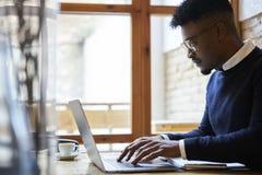 Afrikaanse Amerikaanse student van bedrijfsschool in donkere sweater en wit overhemd Royalty-vrije Stock Afbeeldingen