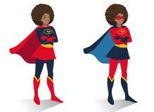 Afrikaanse Amerikaanse superherovrouw in kostuum en masker status royalty-vrije illustratie