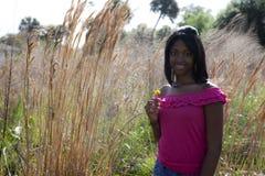 Afrikaanse Amerikaanse tiener in aard royalty-vrije stock afbeelding
